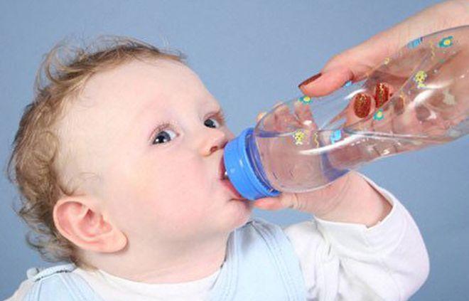 trẻ bú bình nước
