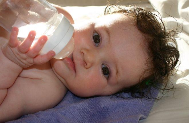 cho trẻ 6 tháng uống nước
