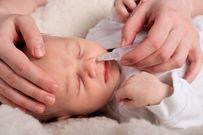 """Cách vệ sinh mũi cho trẻ sơ sinh """"đúng chuẩn"""" mẹ nên biết"""