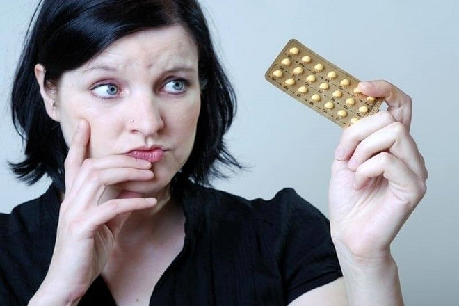 phụ nữ lo lắng về tác dụng phụ của thuốc phá thai