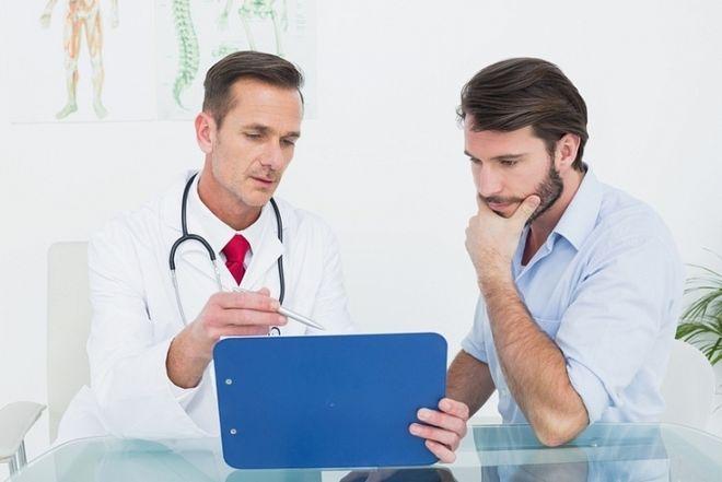 bác sĩ tiến hành thăm khám bệnh nhân nam vô sinh