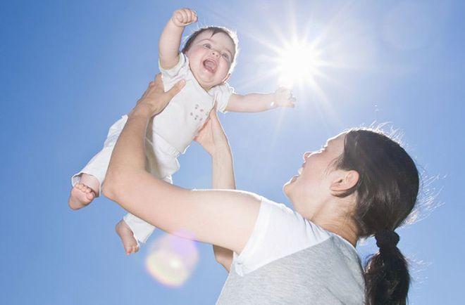 mẹ cho bé tắm nắng hấp thụ vitamin d