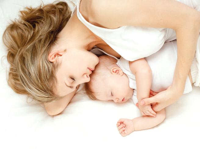 mẹ ôm bé ngủ