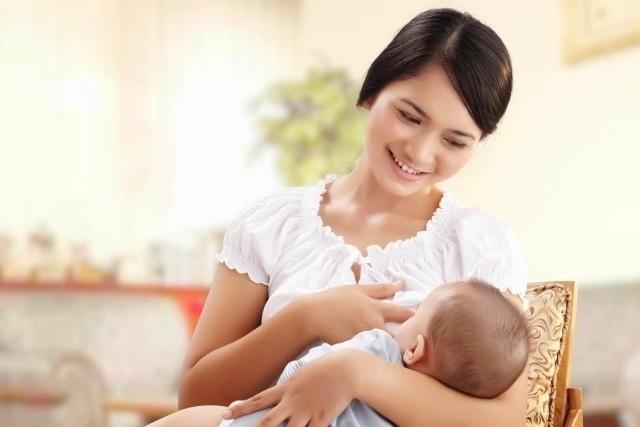 mẹ cho bé bú sữa