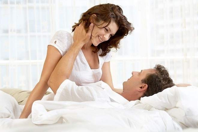 vợ chồng nhìn nhau âu yếm