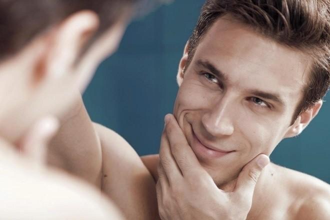 nam giới mỉm cười nhìn trong gương
