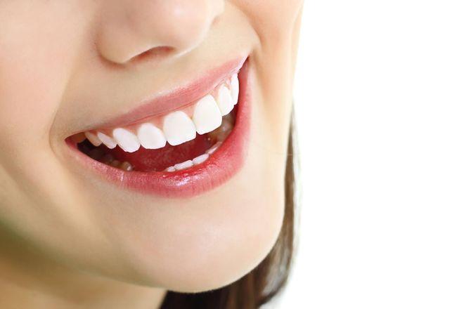 hạn chế uống nước chnh khi răng đau buốt