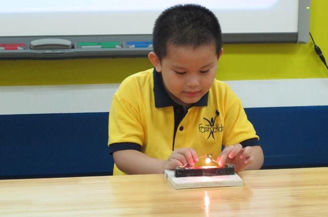 bé trai tập câu dây bóng đèn