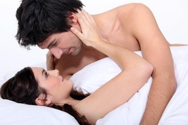 vợ chồng âu yếm nhau