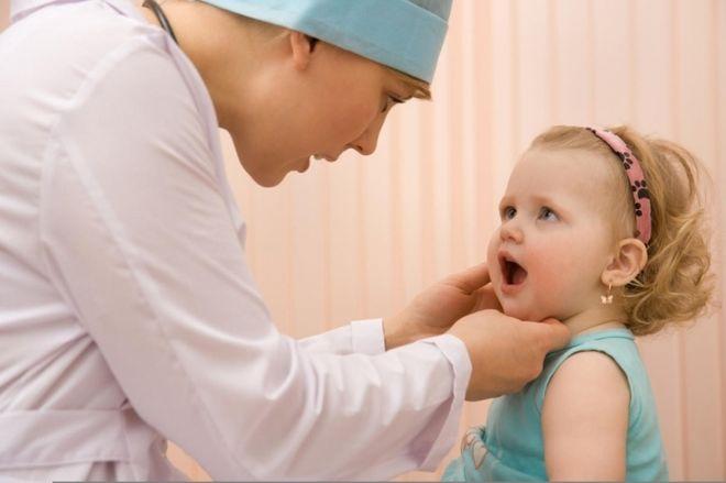 cho trẻ ho nhiều về đêm đi khám bác sỹ