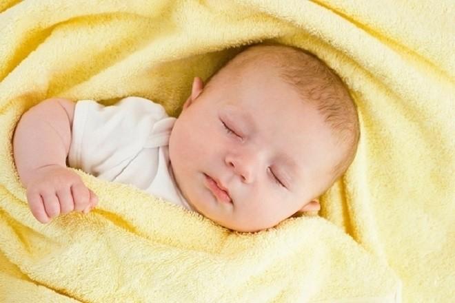 quấn chăn cho bé ngủ ngon