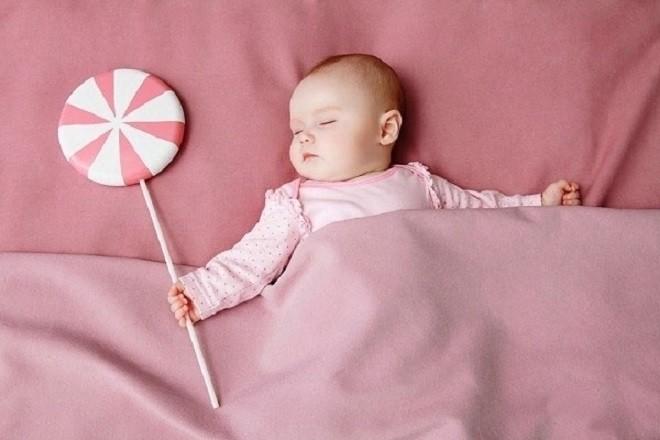 trẻ sơ sinh nằm ngủ ngoan