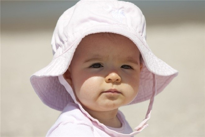 đội mũ cho bé khi phơi nắng