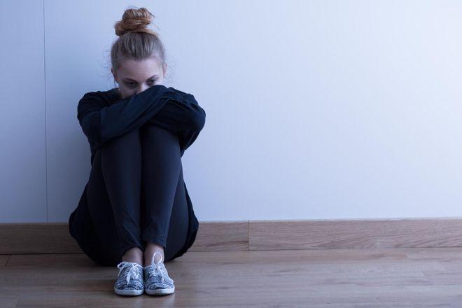 bé gái tuổi teen ngồi một góc