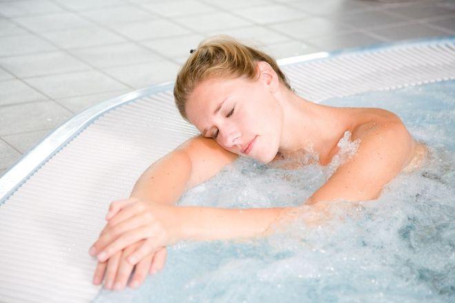 Bà bầu cẩn trọng với nhiệt độ khi tắm bồn