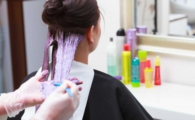 bà bầu đang nhuộm tóc