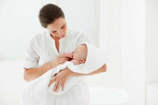 mẹ bồng trẻ sơ sinh ngủ