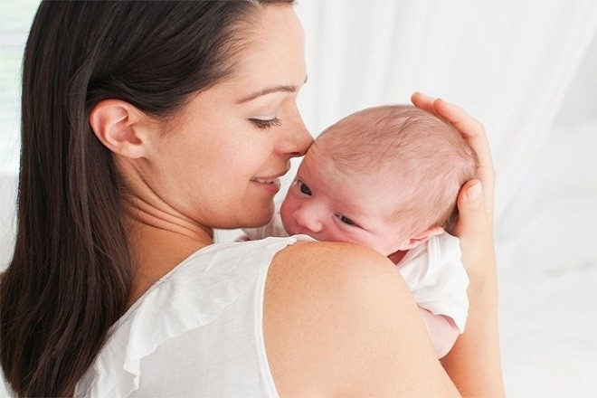 mẹ bồng trẻ sơ sinh theo hướng nghiêng