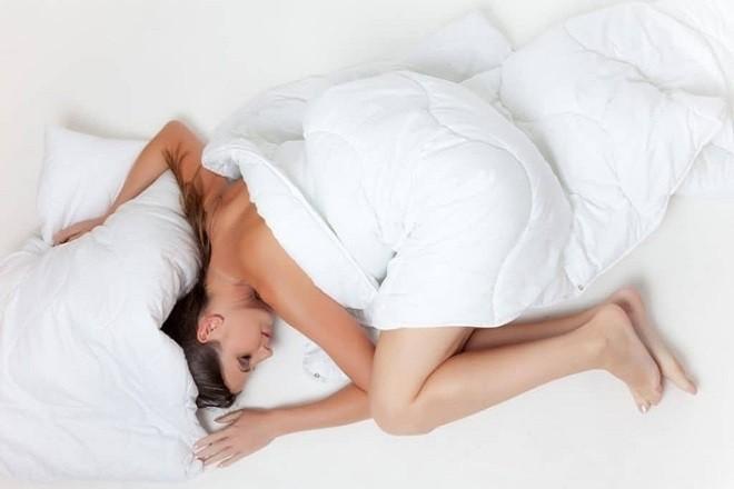 phụ nữ nằm trên giường buồn bã
