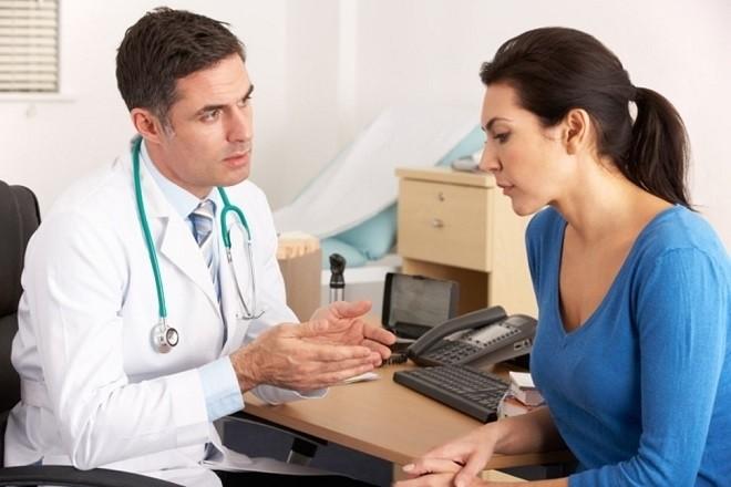 bác sĩ tư vấn cho phụ nữ
