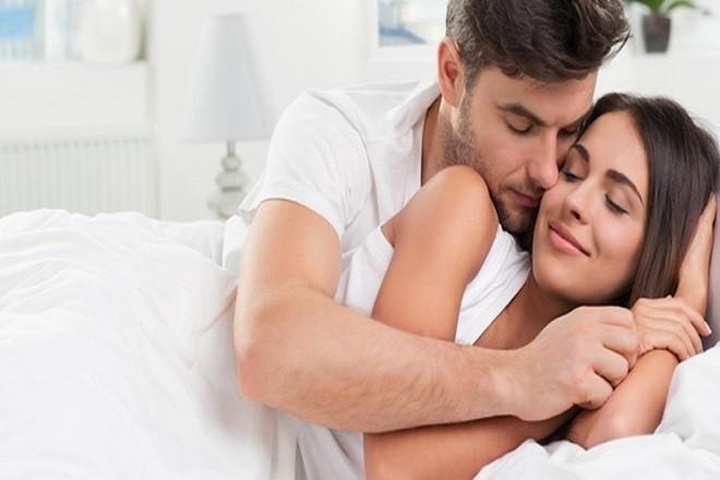 chồng nằm hôn má vợ
