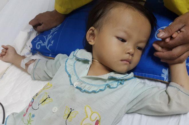 bé gái suy dinh dưỡng nằm giường bệnh