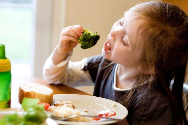 bé gái ăn rau xanh