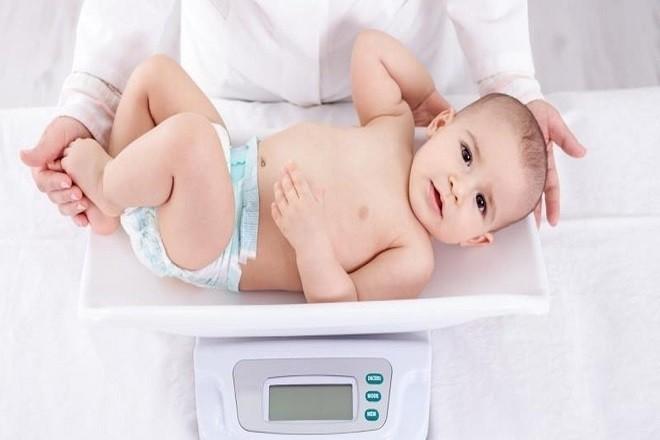 đo cân nặng cho bé