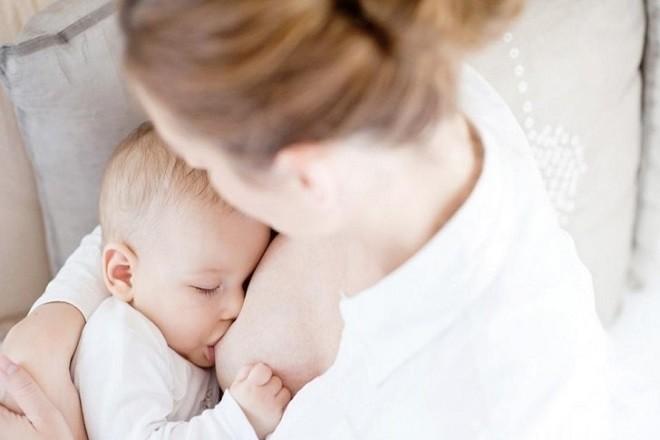 trẻ sơ sinh bú sữa mẹ