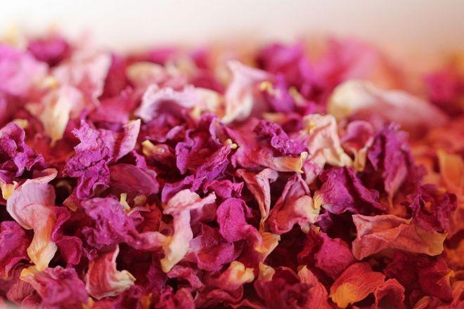 cánh hoa hồng khô đem xay mịn