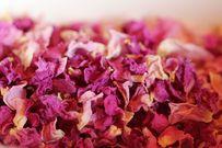 Hướng dẫn cách làm bột hoa hồng giảm mụn giảm thâm cho da sáng đẹp