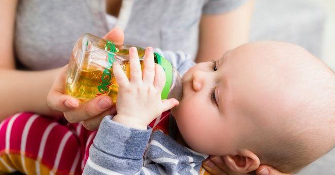 bé uống nước cam