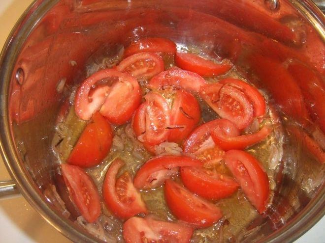 cho cà chua vào nồi xào mềm