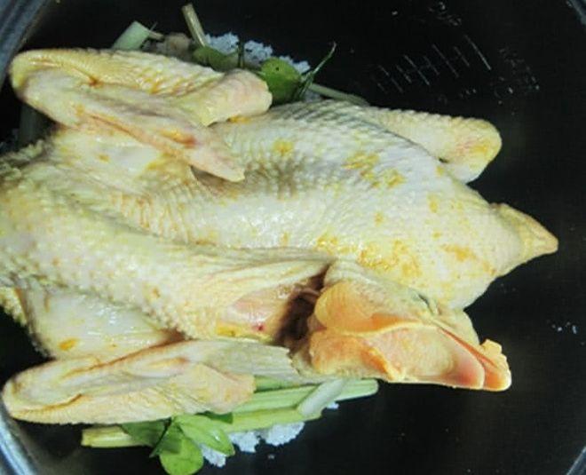 gà nấu bằng muối hạt