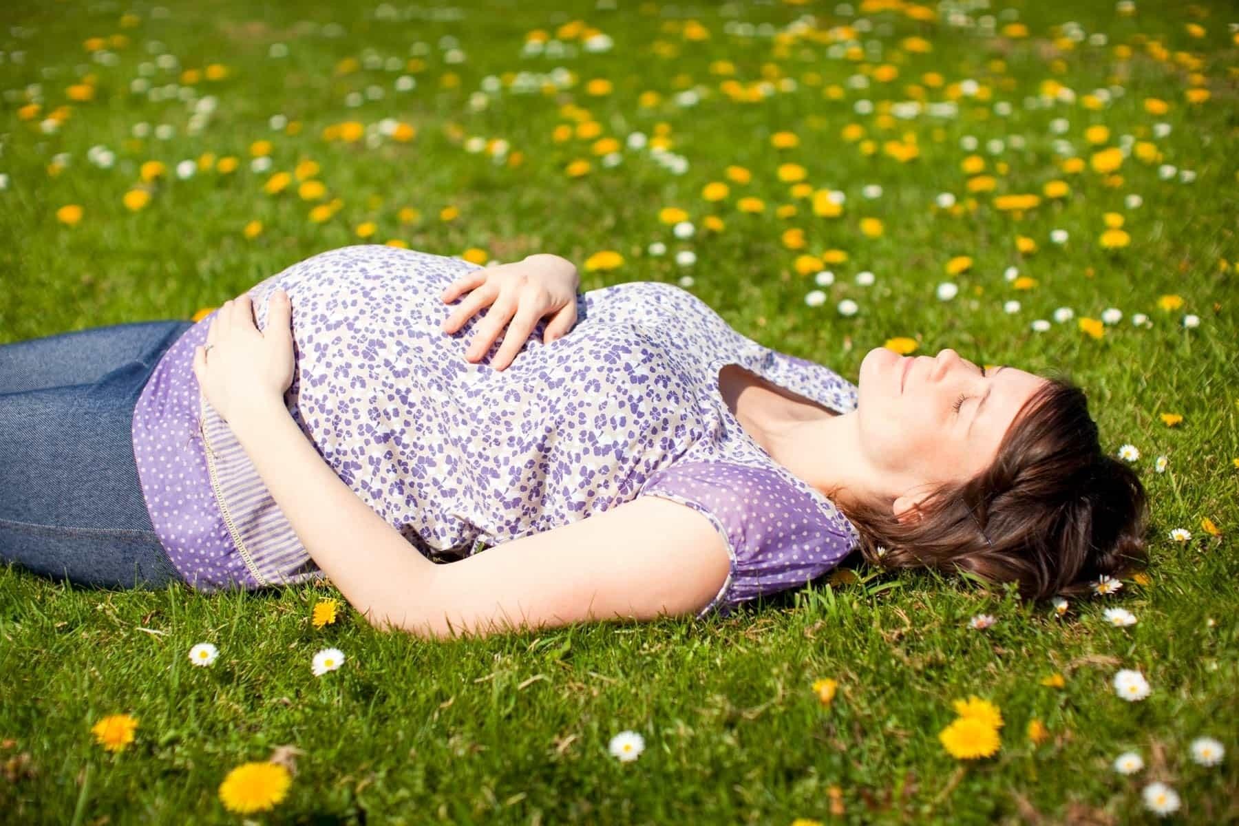 Mẹ bầu nên tiếp xúc với ánh nắng thường xuyên để cung cấp vitamin D cho cơ thể