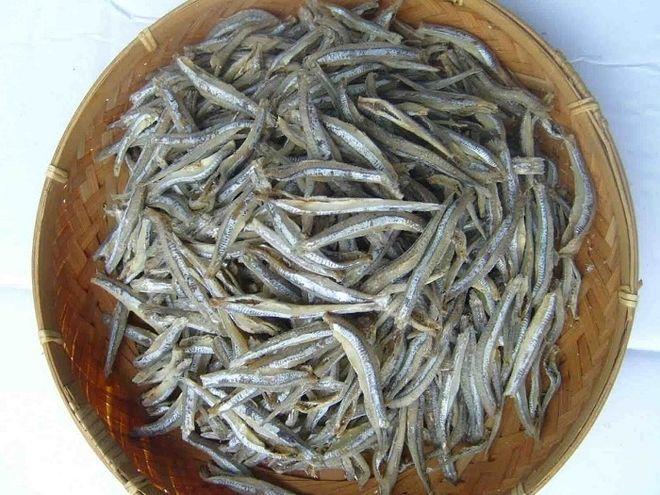 Cá cơm khô rửa sạch, để ráo