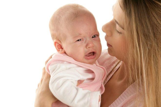 mẹ dỗ dành trẻ ra nhiều mồ hôi hay khóc