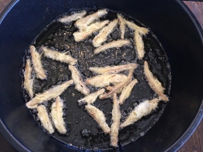 Cho cá vào chảo chiên giòn