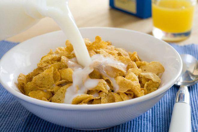 bạn trộn thêm sữa và ngũ cốc và uống đều đặn mỗi sáng