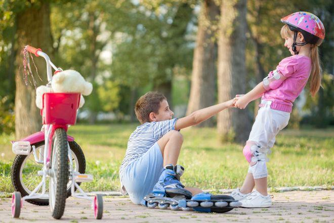 dạy trẻ giúp đỡ những người sung quanh