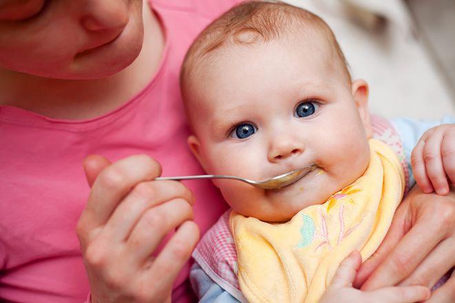 mẹ đút cho bé ăn