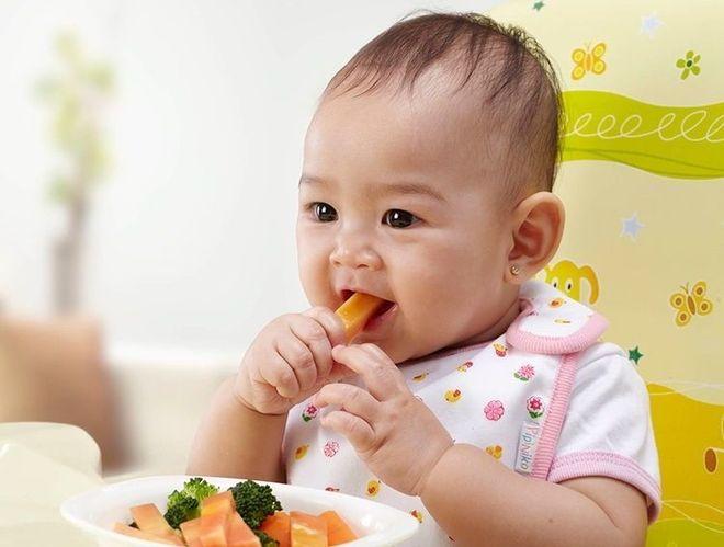 bé ăn rau củ