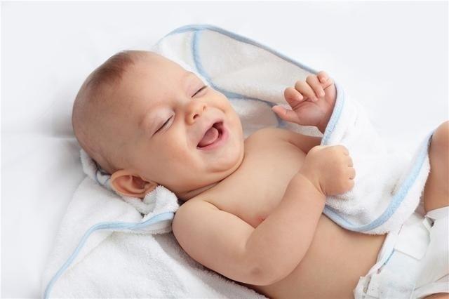bé cười tươi