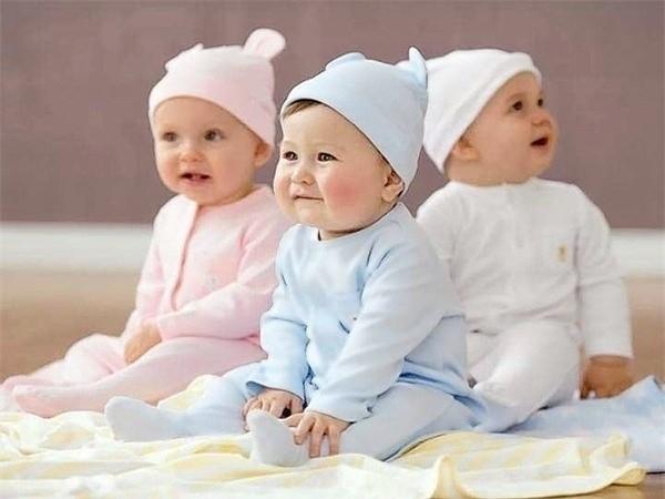 các em bé mặc quần áo kín đáo