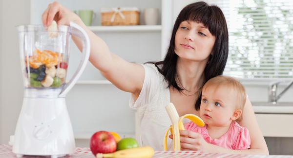 mẹ xay trái cây nấu bột ăn dặm cho trẻ