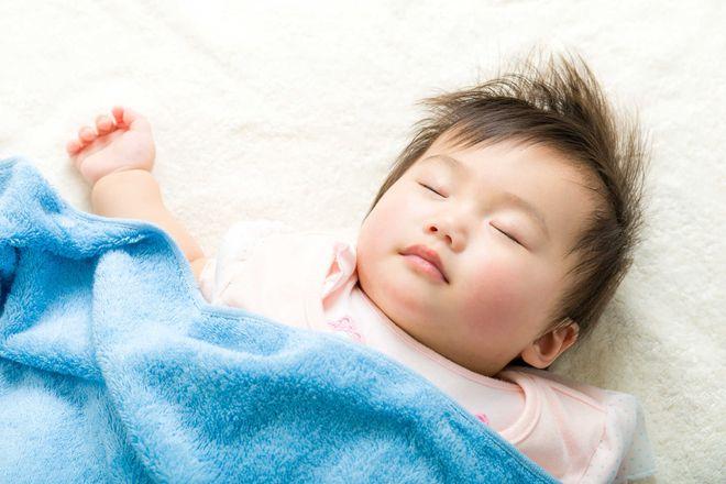 bé nằm ngửa khi ngủ