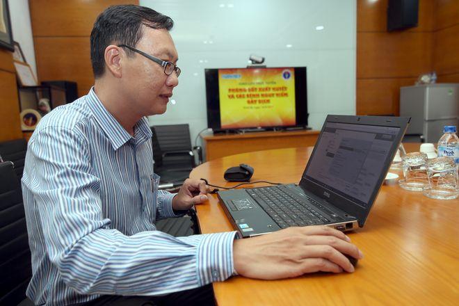 đăng ký tiêm phòng cho trẻ bằng laptop