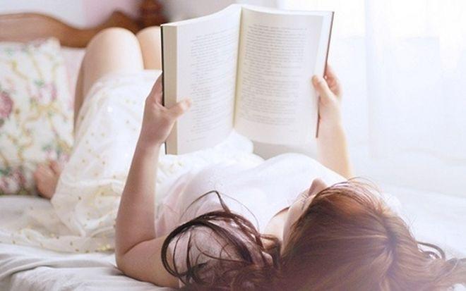 nên nằm thư giãn đọc sách