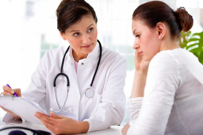 lắng nghe bác sĩ tư vấn về phương pháp tránh thai