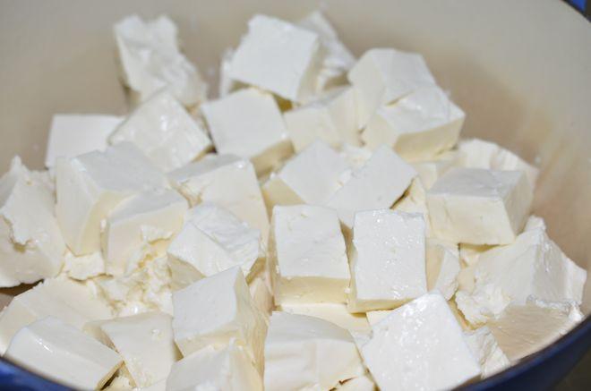 cắt khối sữa thành miếng vừa ăn